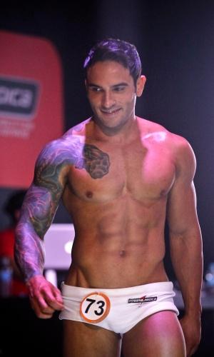 Candidatos desfilam seus corpos sarados cheios de tatuagens
