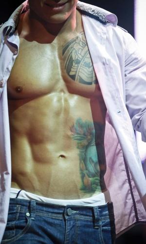 Candidatos exibem músculos e tatuagens