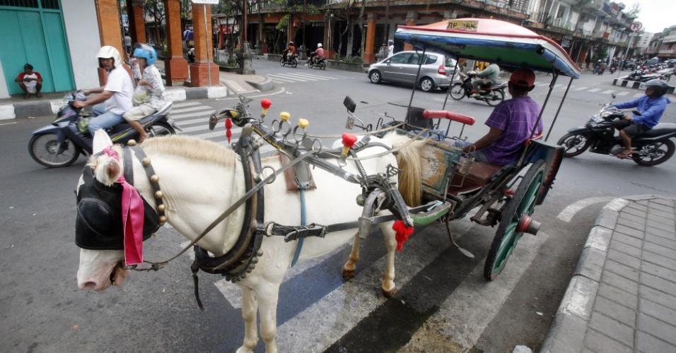 Carruagem espera clientes em rua de Denpasar, em Bali, na Indonésia