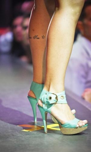 Detalhe de sapato e tatuagem de candidata a Garota Fitness
