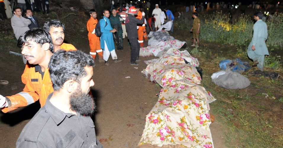 Equipes de resgate e moradores observam corpos de vítimas da queda do Boeing 737, da Bhoja Airline perto do aeroporto internacional de Rawalpindi, cidade próxima à capital Islamabad