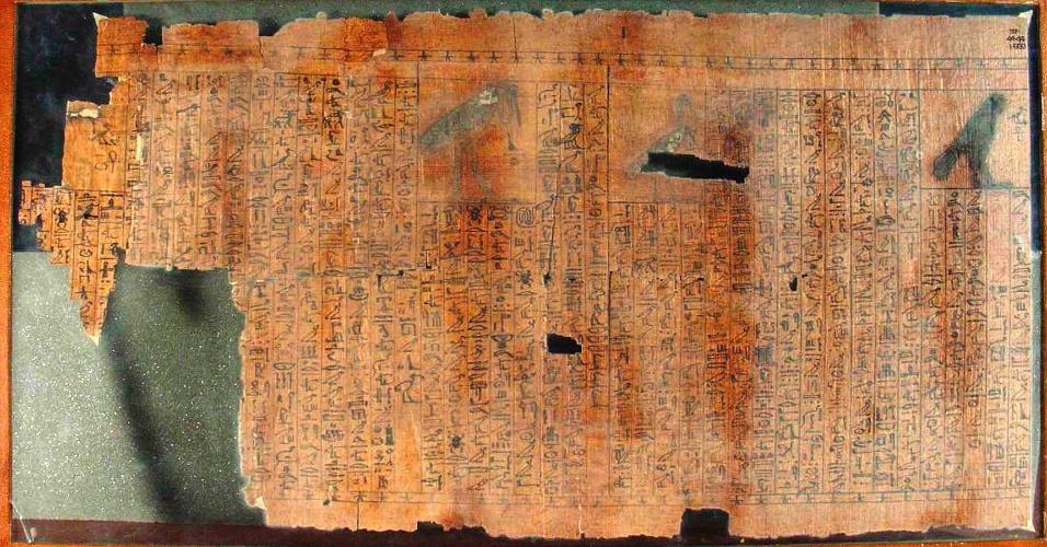 """Fotografia divulgada pelo Museu Queensland, na Austrália, mostra fragmento perdido do """"Livro dos Mortos"""" na exposição """"Múmia: Os Segredos da Tumba"""""""
