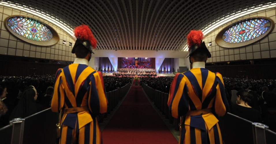 Guardas Suíços, do microexército do papa, montam guarda na Sala Paulo 6º, na Cidade do Vaticano, local da apresentação da Orquestra Gewandhaus, de Leipzig, na Alemanha, em homenagem aos seus 85 anos de idade de Bento 16