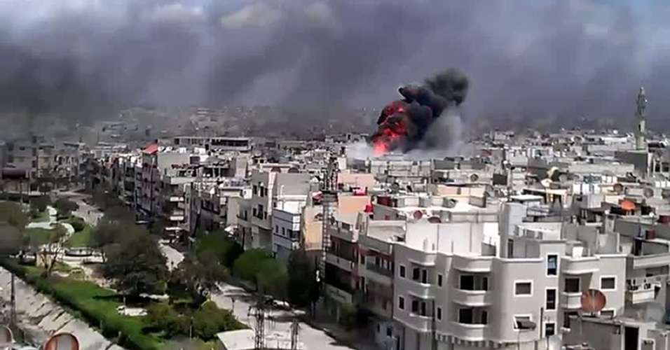 Imagem divulgada no YouTube mostra explosão no distrito de Khalidiya, em Homs, na Síria, causada por um bombardeio que teria sido feito pelo governo