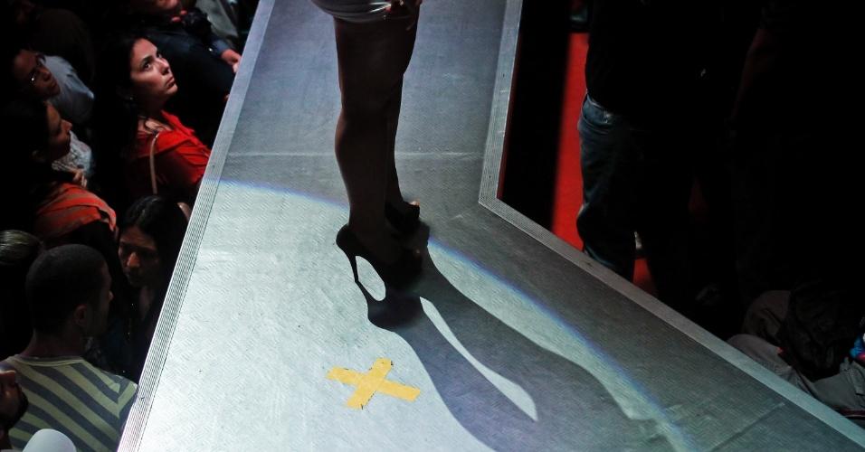 Imagem mostra detalhe de sapato de candidata e marcação na passarela