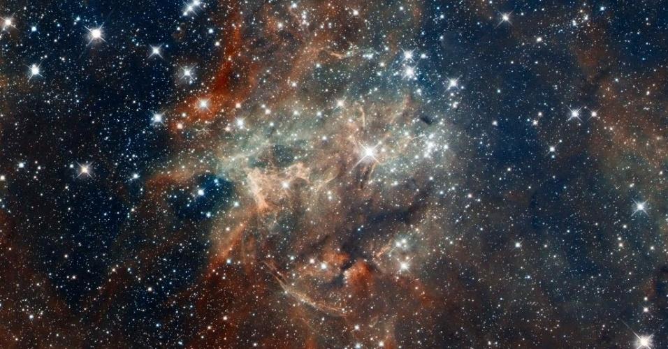 Imagens do telescópio espacial Hubble mostram aglomerado de estrelas no coração da Nebulosa da Tarântula, a 170.000 anos-luz de distância