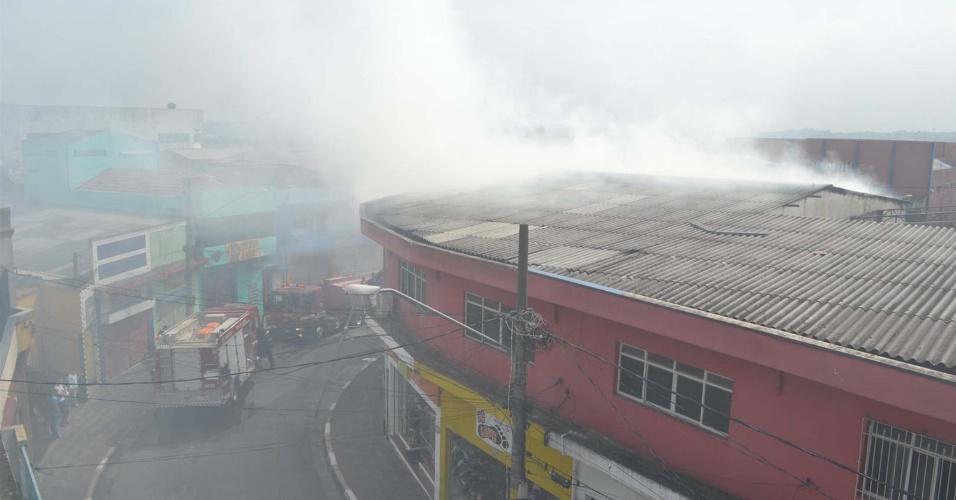Incêndio atingiu, na manhã de hoje (20), uma loja de roupas na avenida Marechal Tito, no Itaim Paulista, em São Paulo