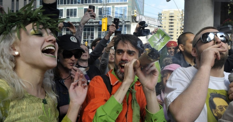 Jovens consomem marijuana (maconha), nesta sexta-feira (20) durante protesto para legalização da droga em Toronto, Canadá