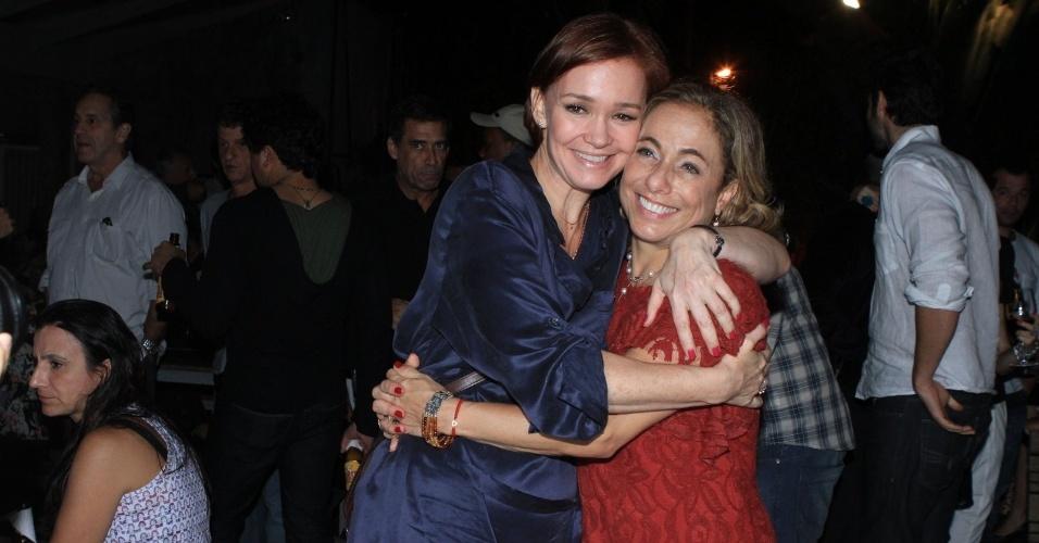 Julia Lemmertz vai a comemoração do aniversário da atriz Cissa Guimarães em boate carioca. Cissa também celebrou 400 apresentações da peça