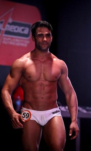 Júnior, o Garoto Fitness Brasil 2012, desfila de sunga