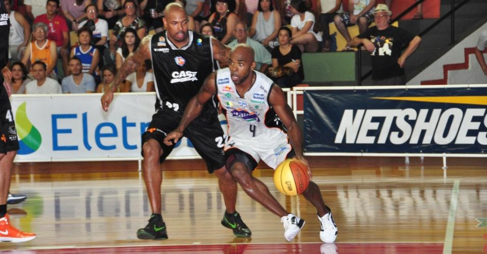 Larry Taylor arma ataque do Bauru em partida contra a Liga Sorocabana (20/04/12)