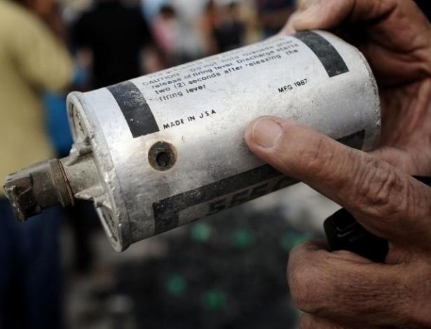 Manifestante mostra bomba de gás lacrimogênio fabricada nos Estados Unidos durante novos protestos