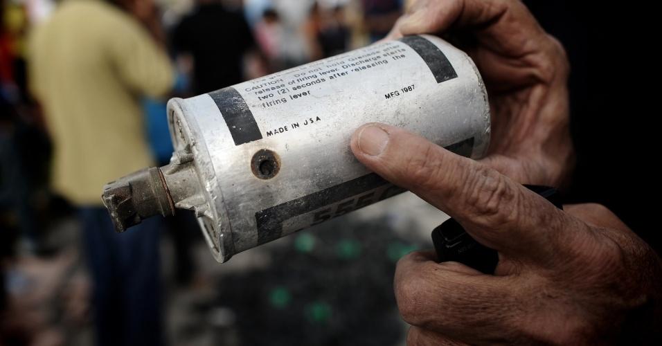 Manifestante mostra bomba de gás lacrimogênio fabricada nos Estados Unidos durante novos protestos em Manama, contra a realização do GP de Fórmula 1 no Bahrein