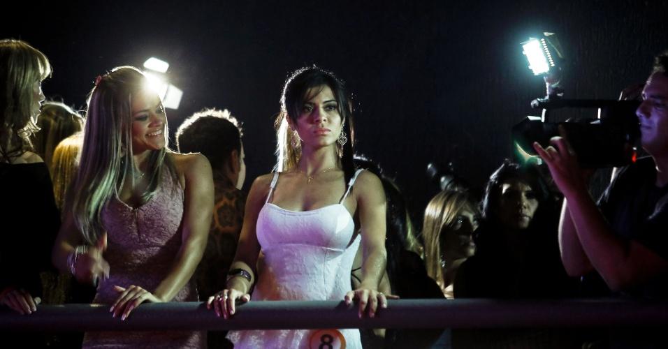 Meninas veem desfile do camarote