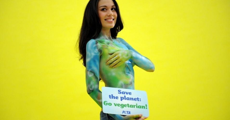 Modelo e Miss Terra das Filipinas de 2009, Sandra Seifert, posa para anúncio do grupo Peta em Manila, capital do país. A mais recente campanha do grupo ativista tem como mote alertar para a agricultura animal como uma das principais causas da poluição, aquecimento global e fome no mundo