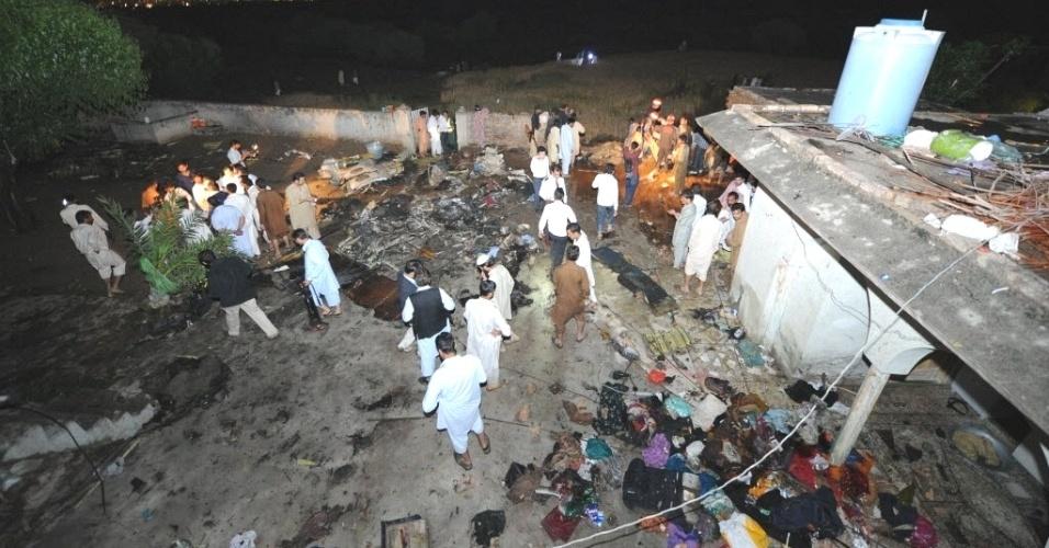 """Moradores e equipes de resgate vasculham local de queda de avião em Rawalpindi, no Paquistão. Segundo as autoridades, """"não há chances"""" de achar sobreviventes nos destroços da nave, que estaria levando até 130 passageiros"""