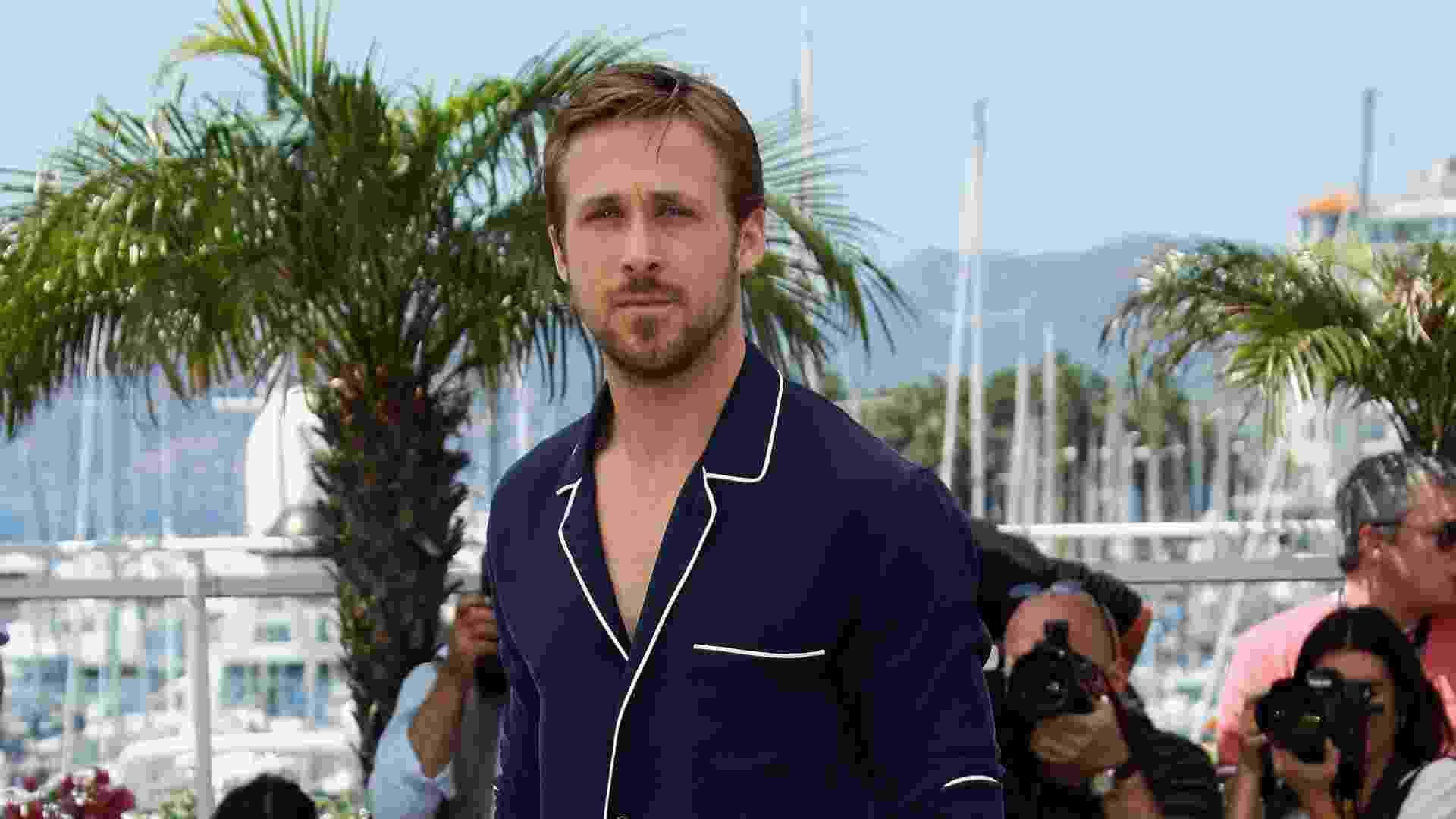 """O ator """"fashionista"""" Ryan Gosling provou que a tendência também é válida para os homens. Para ir ao festival de Cannes, ele manteve a elegância com uma blusa de pijama azul marinho, calça branca e sapato oxford bicolor. Os homens que quiserem aderir à tendência, devem seguir o exemplo do ator e usar as peças passadas, limpas e ajustadas ao corpo, para não parecer que você levantou da cama e não teve tempo de se trocar (20/05/2011) - Getty Images"""