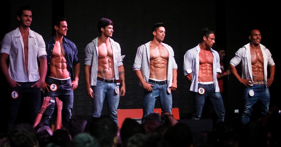 O concurso começou com o desfile de homens com calça e camisa aberta