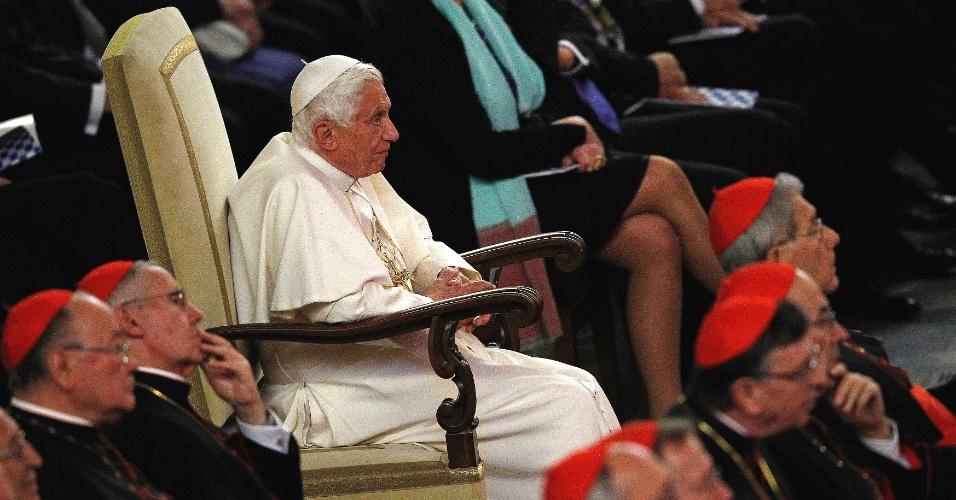 O papa Bento 16 assistiu na Cidade do Vaticano, à apresentação da Orquestra Gewandhaus, da cidade alemã de Leipzig, em homenagem ao 85º aniversário do pontífice
