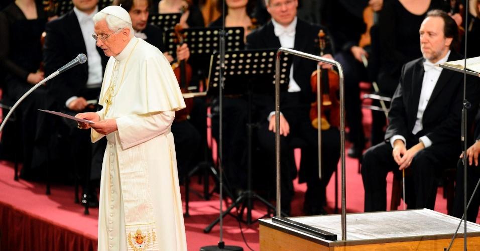 O papa Bento 16 discursa na Sala Paulo 6º, na Cidade do Vaticano, local da apresentação da Orquestra Gewandhaus, de Leipzig, na Alemanha, em homenagem aos seus 85 anos de idade do pontífice