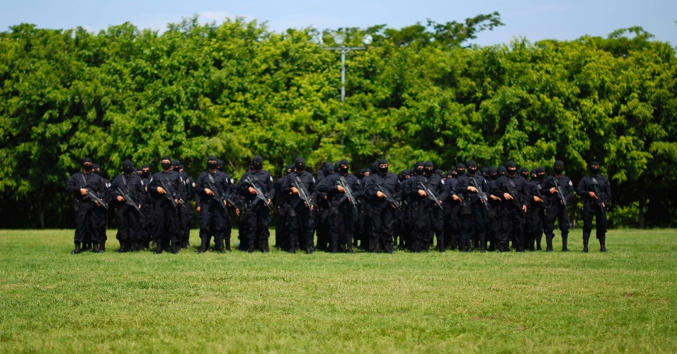 Oficiais de polícia participam de cerimônia de formatura em Camapala (El Salvador)