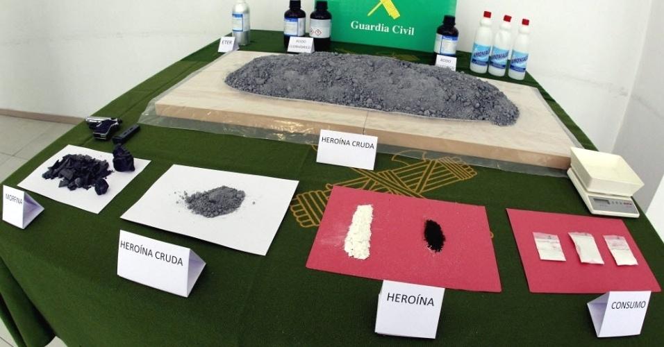 """Polícia de Barcelona (Espanha) apresenta material apreendido em laboratório usado por traficantes para """"cozinhar"""" diferentes drogas. Quatro colombianos foram presos na ação"""
