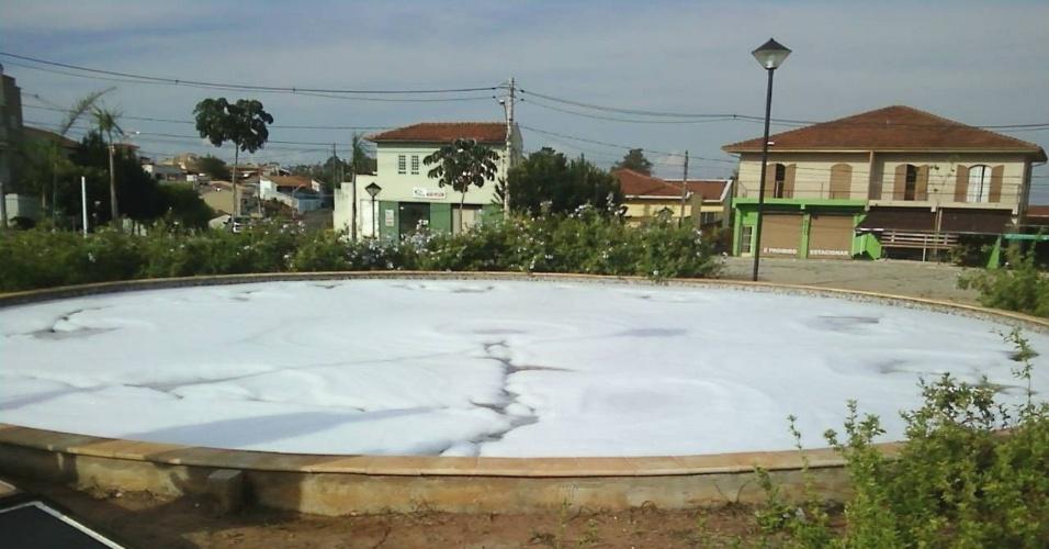 Praça Izaltino Pereira, em Botucatu, coberta de sabão em pó na quinta-feira (19) à tarde. A Guarda Municipal da cidade não conseguiu deter nenhum suspeito pelo ato de vandalismo