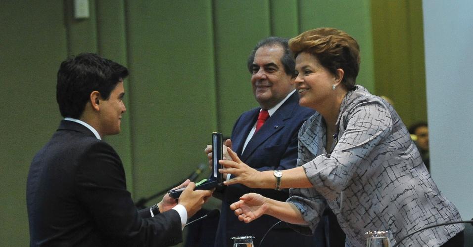 Presidente Dilma  cumprimenta Carlos Gustavo, formando da turma 2010-2011de diplomatas do Instituto Rio Branco, durante cerimônia no Palácio Itamaraty, em Brasília