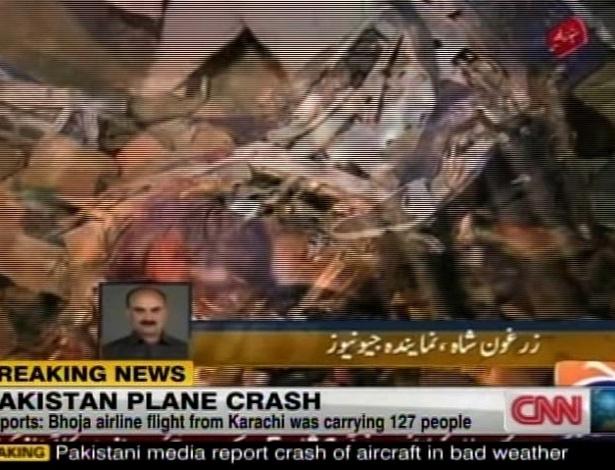 Reprodução de imagem do canal GeoTV mostra destroços que seriam do avião comercial que caiu perto do aeroporto internacional de Rawalpindi, cidade próxima à capital Islamabad, no Paquistão, nesta sexta-feira (20). O primeiro-ministro do país, Yousuf Raza Gillani, já declarou que há 118 mortos