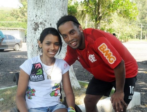 Ronaldinho recebe visita de vítima do massacre de Realengo no CT do Flamengo (20/04/2012)