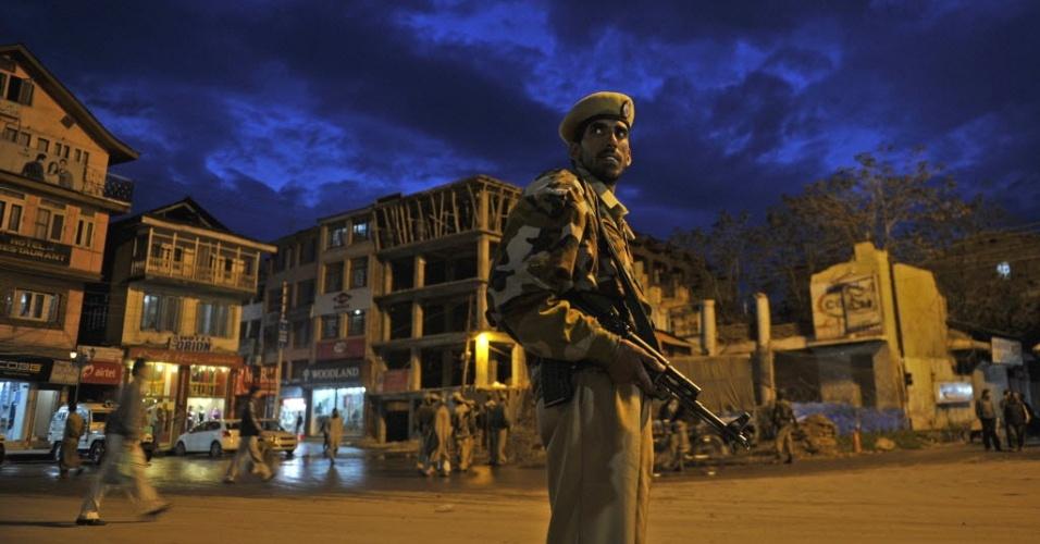 Soldado monta guarda em Srinagar (Índia), área onde um policial foi morto nesta sexta-feira (20). Desde 1989, cerca de 47.000 pessoas foram mortas em decorrência dos confrontos entre o governo e a insurgência armada contra o domínio indiano na Caxemira (região dividida entre Índia, Paquistão e China)