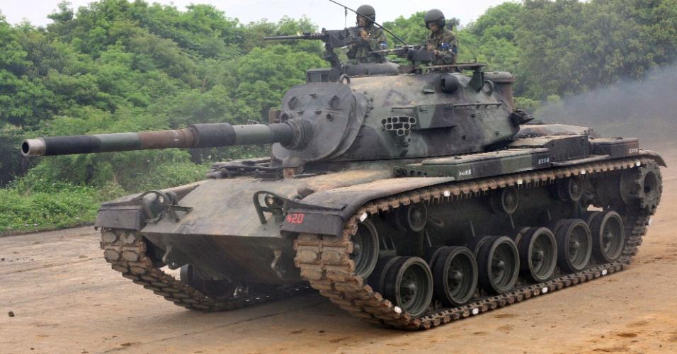 Tanque é utilizado em treinamento militar no condado do Taoyuan, em Taiwan