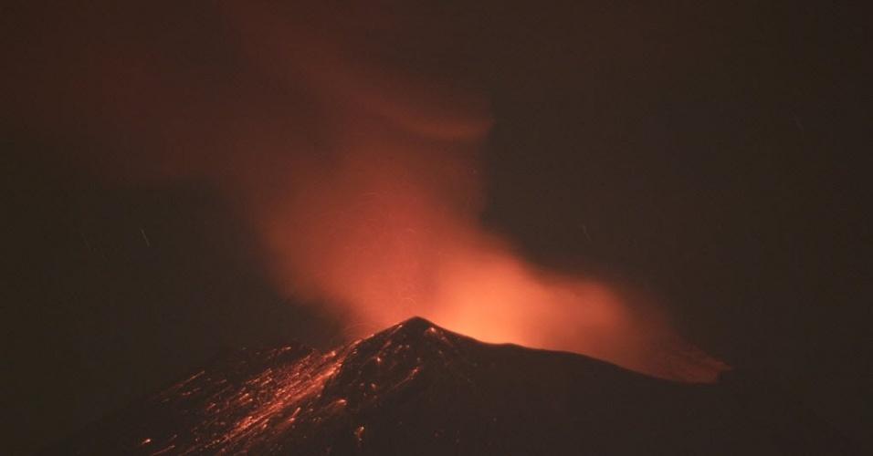 Vulcão Popocatepetl expele fumaça e material incandescente, nos subúrbios de Puebla, capital do Estado mexicano de mesmo nome