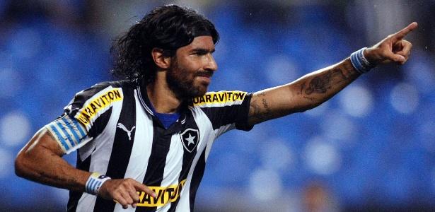 Loco Abreu viajou para o Uruguai e levou a bola da semifinal para o pai