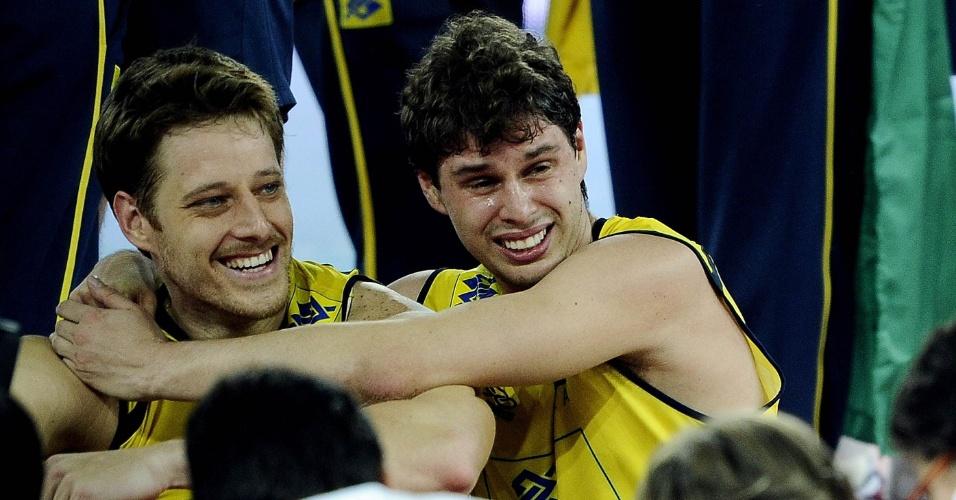Bruninho abraça Murilo após o Brasil ganhar de Cuba na final do Mundial de vôlei de 2010