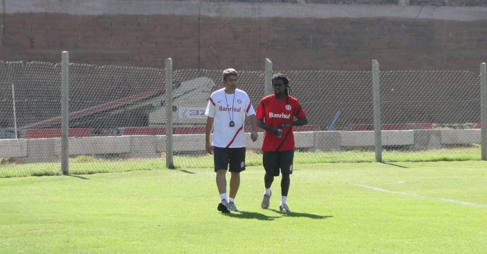 Coordenador da preparação física Elio Carravetta e o volante Tinga caminham durante treino do Inter (21/04/2012)