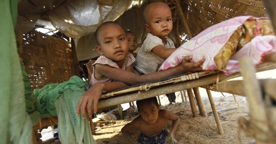 Filhos de pedreiros brincam em casa em vilarejo ao norte de Yangon (Mianmar)