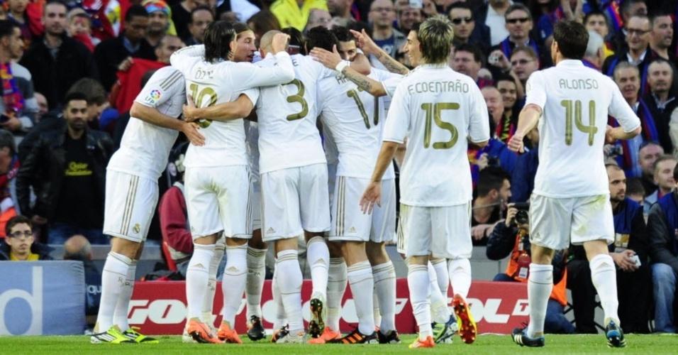 Jogadores do Real Madrid comemoram o gol do alemão Khedira, que colocou os merengues na frente