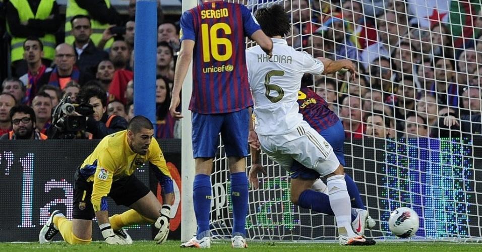 Khedira aproveita falha do goleiro do Barcelona, Victor Valdés, para abrir o placar para  no Camp Nou