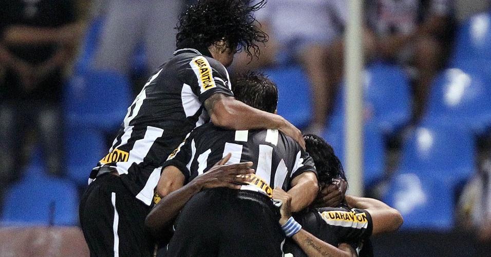Loco Abreu comemora com companheiros gol e classificação do Botafogo para a final da Taça Rio