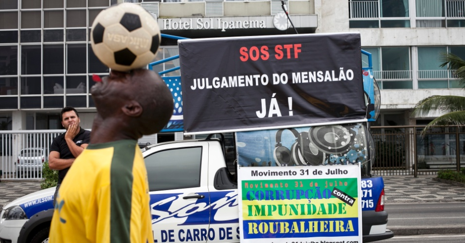 """Manifestação """"SOS STF - pelo julgamento do Mensalão antes da prescrição das penas"""" é realizada no Rio de Janeiro"""
