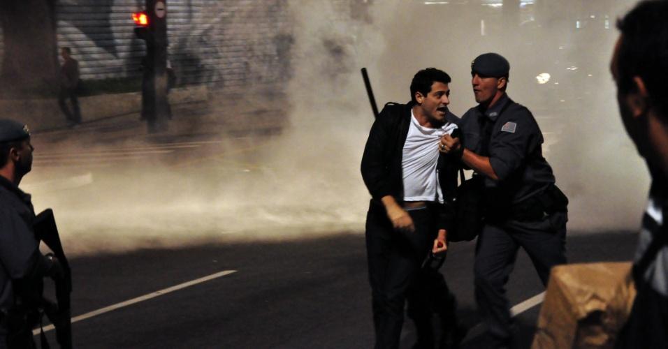 Manifestante é detido em confronto com a Polícia Militar durante a Marcha Contra a Corrupção, neste sábado (21), na região da Avenida Paulista, no centro de São Paulo