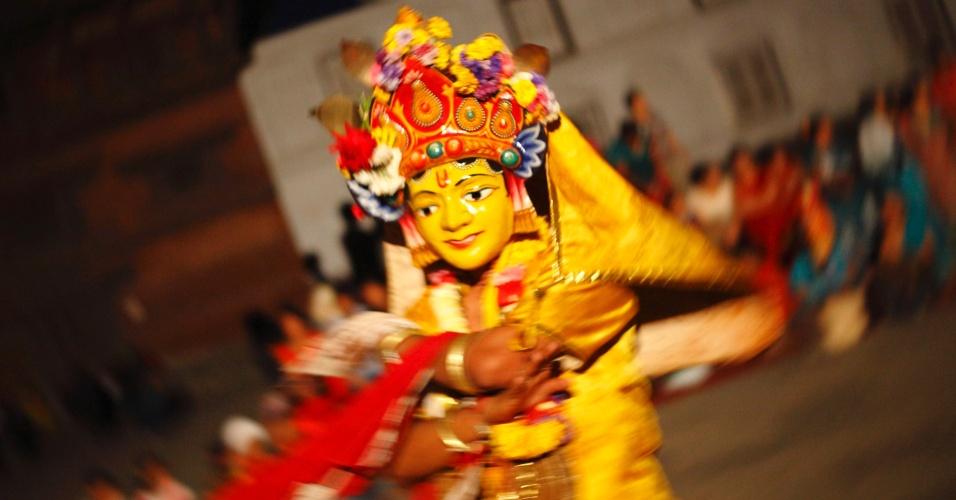 Mascarado, médium apresenta dança tradicional durante festival em Kathmandu, no Nepal, neste sábado (21). O festival, que acontece uma vez a cada 12 anos, é característico por tradicionais apresentações com máscaras