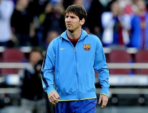 Messi caminha pelo Camp Nou antes de começar o jogo