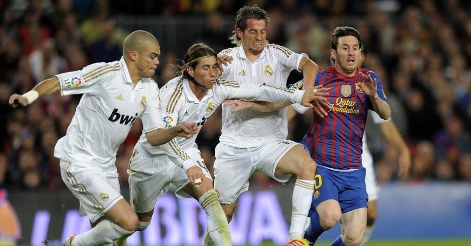 Da esq. para à dir. Pepe, Sergio Ramos e Fábio Coentrão perseguem Messi no segundo tempo