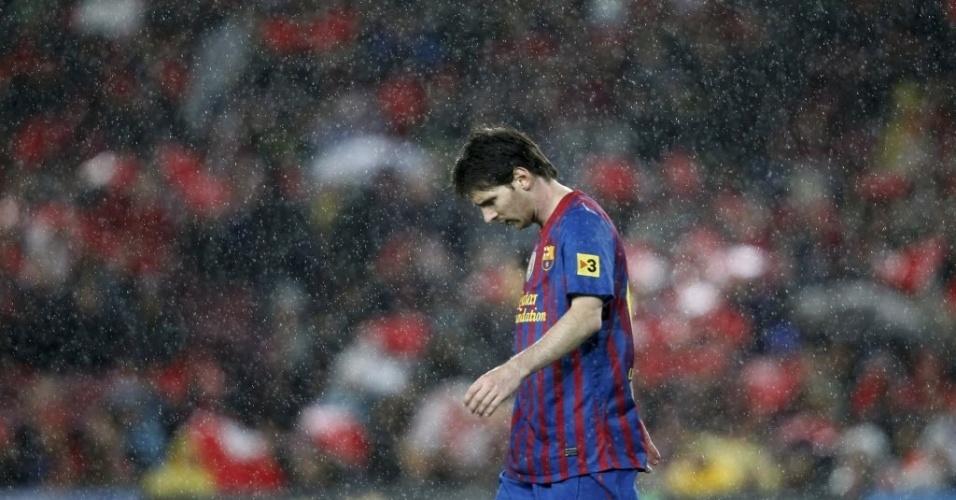 Messi lamenta vantagem do Real no final do primeiro tempo, quando a chuva começou a apertar no Camp Nou