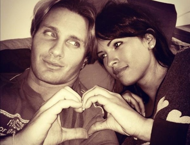 """No Twitter, a ex-BBB  Ariadna publicou uma foto com o namorado italiano. A moça escreveu: """"Hora de dormir agarradinhos :) amanhã tem mais...Bjs a todos...até amanha @BenedettiGab te amooo"""" (21/4/12)"""