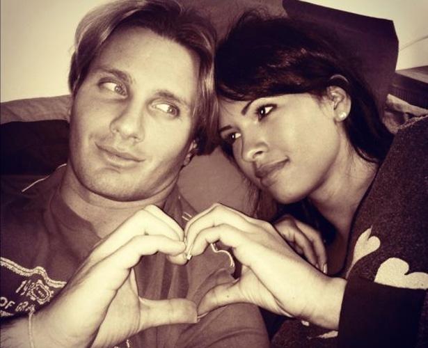 No Twitter, a ex-BBB  Ariadna publicou uma foto com o namorado italiano. A moça escreveu: