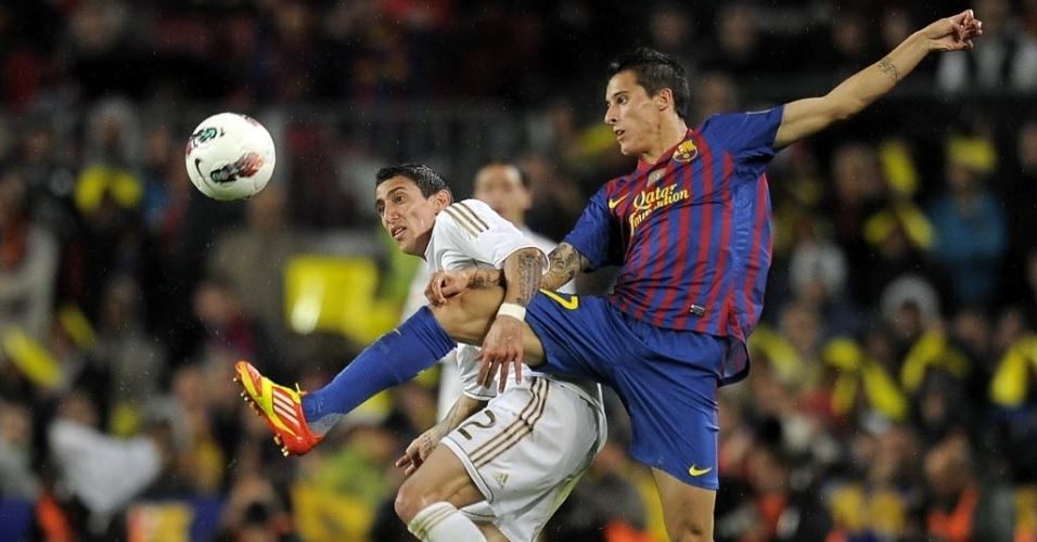 O jovem Tello, do Barcelona, divide lance duro com o argentino Dí Maria,  do Real Madrid