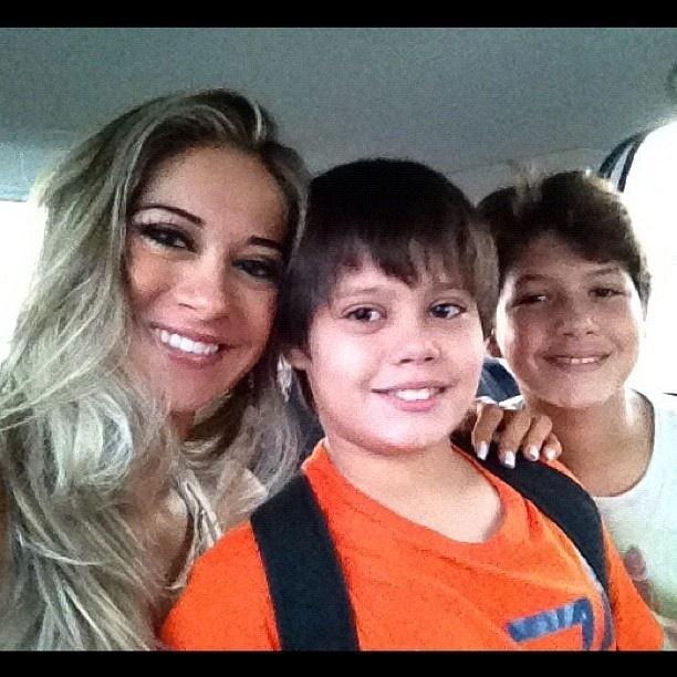 Pelo Twitter, a ex-BBB Mayra Cardi mostra foto ao lado do filho e de um amigo dele (21/4/12)